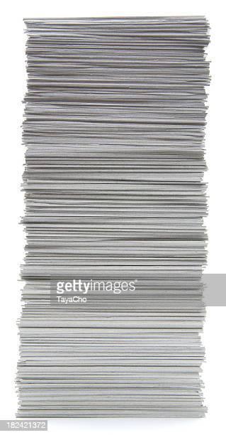 Pile de cartes avec bordure à la main sur blanc