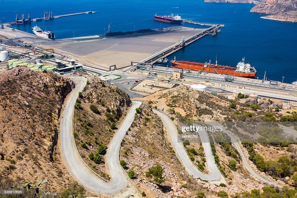 Grandes navios-tanque em um porto seguinte para uma montanha : Foto de stock