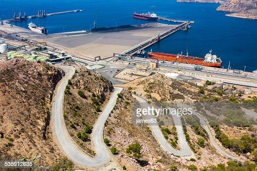 Grandes petroleros en un puerto, junto a las montañas : Foto de stock