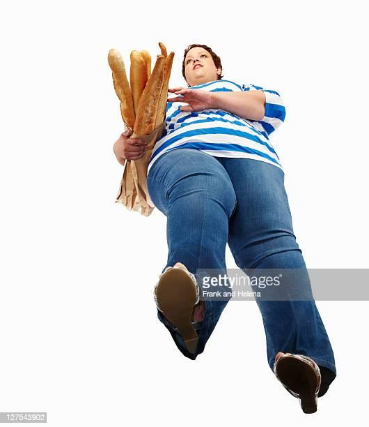 Grande femme transportant des baguettes