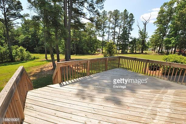 Grande terrasse en bois de la maison