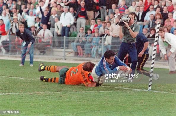 l'arrière français Serge Blanco plonge dans l'enbut pour marquer l'essai de la victoire malgré le plaquage du talonneur australien Thomas Lawton le...