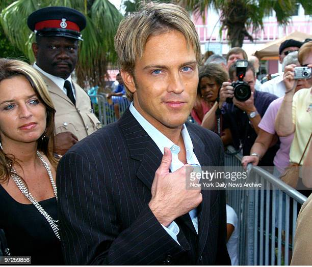 Larry Birkhead a former boyfriend of the late Anna Nicole Smith gives a confident thumbsup outside the Supreme Court in the Bahamas during the...