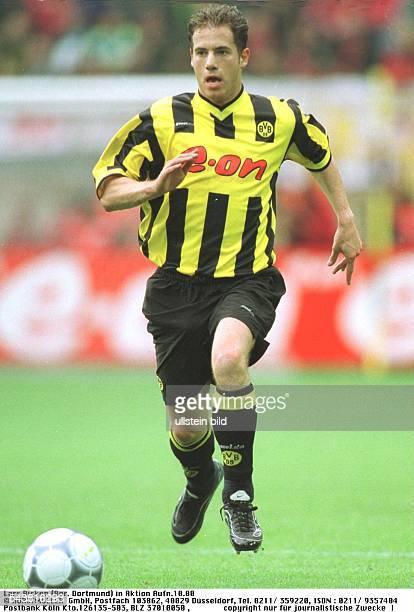 Lars Ricken Mittelfeldspieler beim FußballBundesligisten Borussia Dortmund führt den Ball Nur für journalistische Zwecke