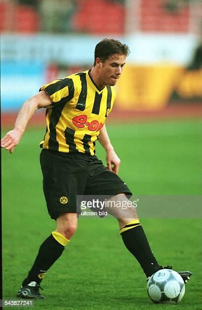 Lars Ricken Mittelfeldspieler beim FußballBundesligisten Borussia Dortmund spielt den Ball Aufgenommen 2000