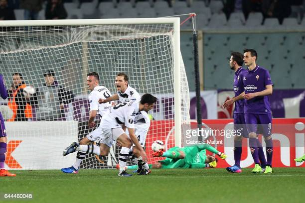 Lars Stindl of Borussia Moenchengladbach scores a goal during the UEFA Europa League Round of 32 second leg match between ACF Fiorentina and Borussia...