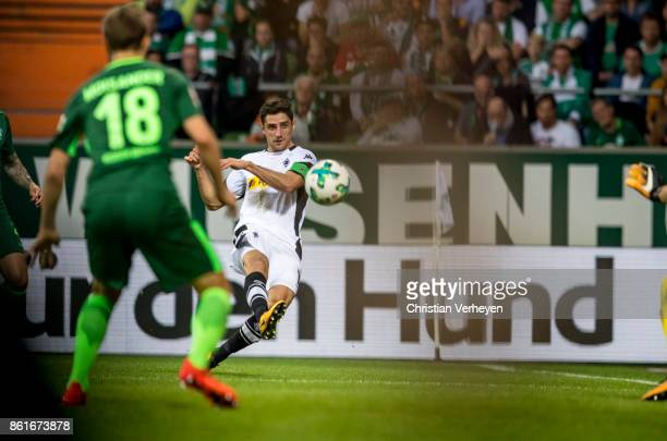 Lars Stindl of Borussia Moenchengladbach scores his teams first goal during the Bundesliga match bewtween Werder Bremen and Borussia Moenchengladbach...
