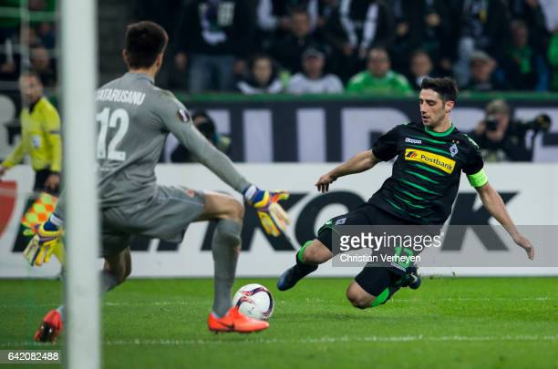 Lars Stindl of Borussia Moenchengladbach tries to score against Ciprian Tatarusanu of ACF Fiorentina during the UEFA Euro League Match between...
