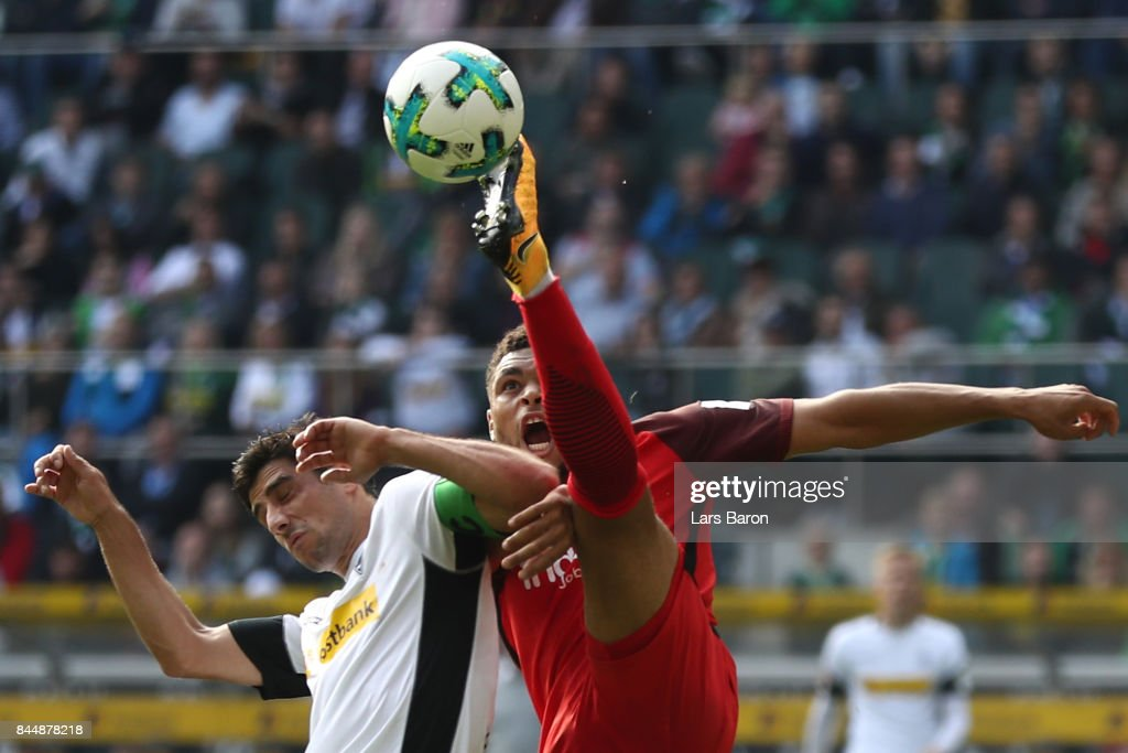 Lars Stindl of Moenchengladbach (l) fights for the ball with Simon Falette of Frankfurt during the Bundesliga match between Borussia Moenchengladbach and Eintracht Frankfurt at Borussia-Park on September 9, 2017 in Moenchengladbach, Germany.