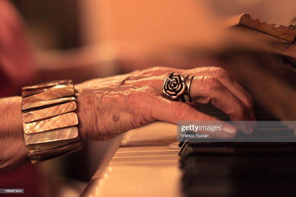 Las manos del sonido. : Stock Photo