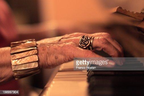 Las manos del sonido. : Foto de stock