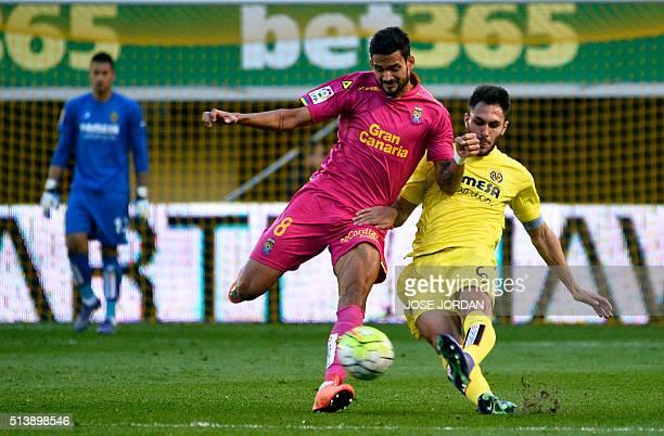 Las Palmas' Brazilian forward Willian Jose vies with Villarreal's defender Victor Ruiz during the Spanish league football match Villarreal CF vs las...