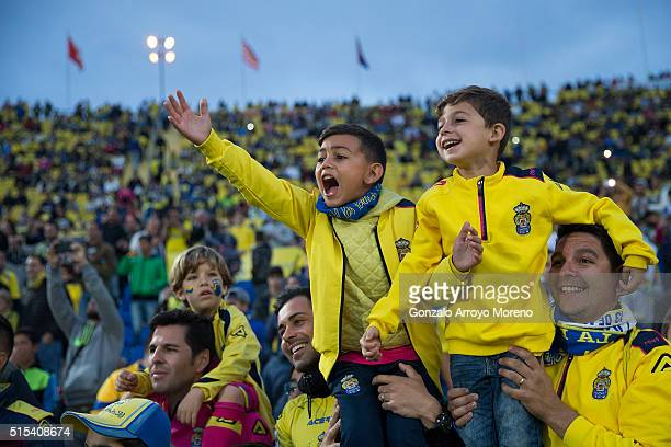 Las Palmas fans cheer to the Real Madrid team before the La Liga match between UD Las Palmas and Real Madrid CF at Estadio de Gran Canaria on March...