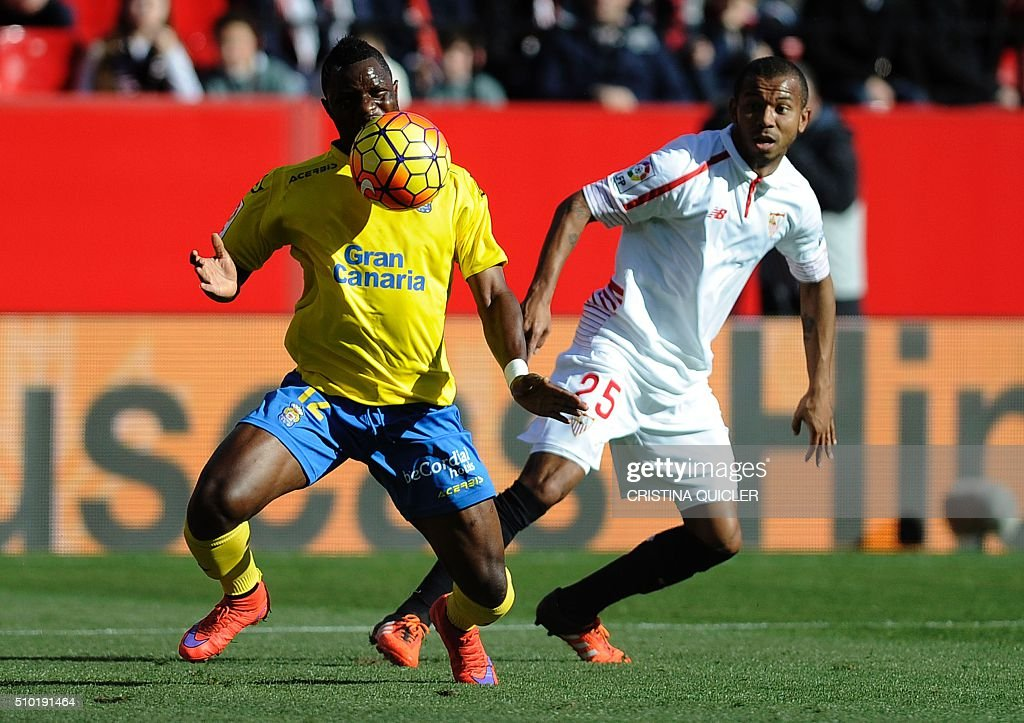 Las Palmas' Ghanaian midfielder Wakaso Mubarak (L) vies with Sevilla's Brazilian defender Mariano(R) during the Spanish league football match FC Sevilla vs UD Las Palmas at the Ramon Sanchez Pizjuan stadium in Sevilla on February 14, 2016. / AFP / CRISTINA QUICLER