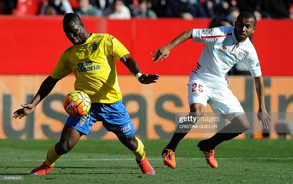 Las Palmas' Ghanaian midfielder Wakaso Mubarak (L) vies with Sevilla's Brazilian defender Mariano during the Spanish league football match FC Sevilla vs UD Las Palmas at the Ramon Sanchez Pizjuan stadium in Sevilla on February 14, 2016. / AFP / CRISTINA QUICLER