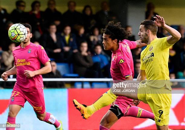 Las Palmas' Uruguayan defender Mauricio Lemos vies with Villarreal's forward Roberto Soldado during the Spanish league football match Villarreal CF...