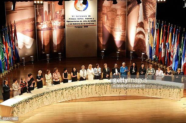 Las primeras damas de jefes de estados y de gobierno aplauden el 29 de setiembre de 2005 al final del himno paraguayo en la ceremonia de inauguracion...
