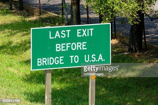 La última salida antes de cruzar el puente a EE.UU. : Foto de stock