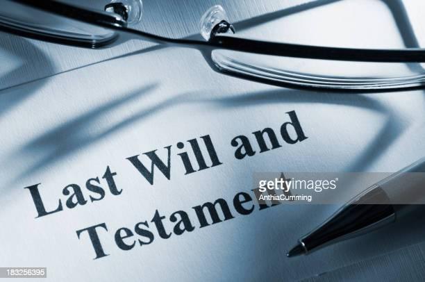 Dernière volonté et testament paperasserie avec des lunettes et crayon
