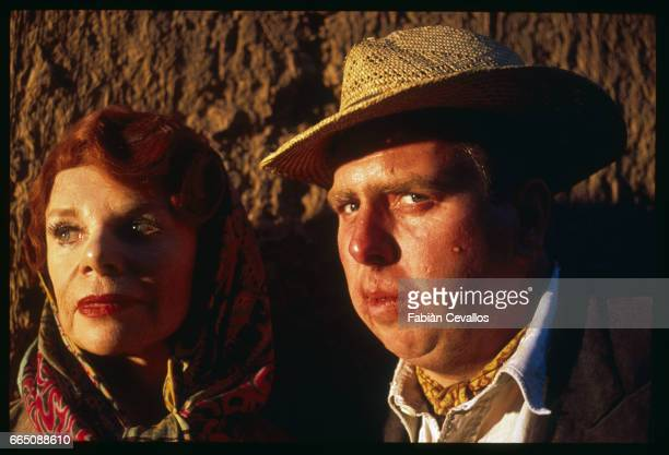 Late Malaysian actress Jill Bennett next to British actor Timothy Spall on the set of the movie Un The au Sahara or Il Te Nel Deserto originally The...