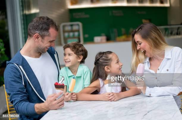 Latein-amerikanischen Familie mit Eis in einem shop