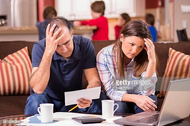 Descenso Latina par pagar facturas mensuales en su hogar. Frustración.