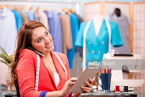 """descent mujer Latina, propietario del negocio. Personalizar tipo """"boutique"""". Tableta Digital, teléfono."""