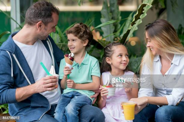Lateinischen Familie sucht sehr glücklich essen Eis