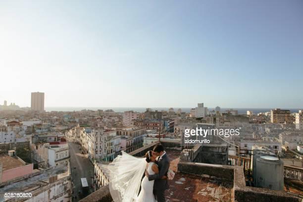 Latino-couple de jeunes mariés embrassant sur le toit