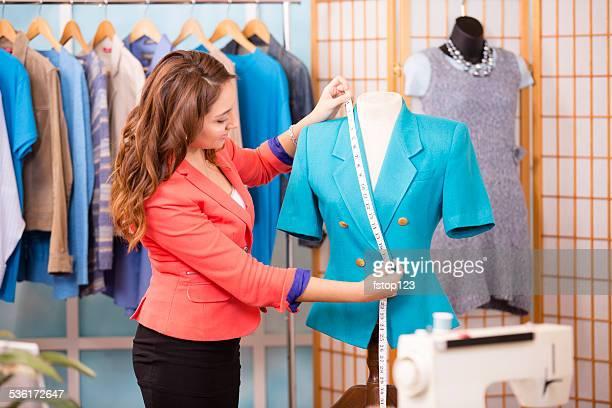 Mulher latina, pequenas empresas proprietário. Alfaiate, designer de moda, boutique.