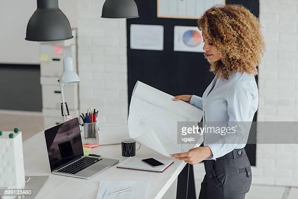 Latina architetto lavorando nel suo ufficio.