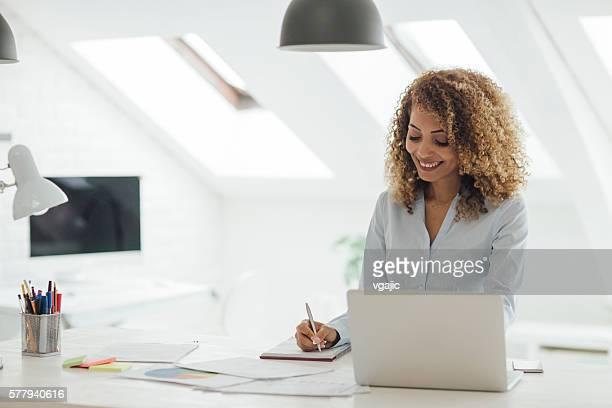 Latina femme d'affaires travaillant dans son bureau