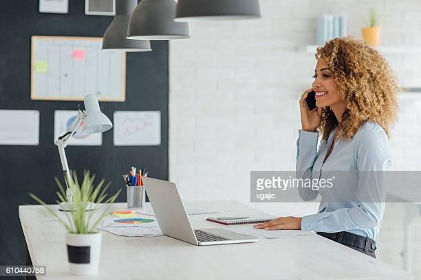 Latina Geschäftsfrau Arbeiten In Ihrem Büro