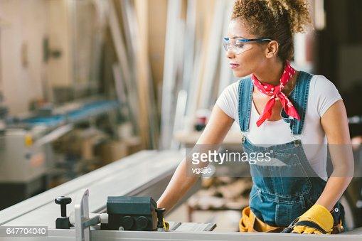 Latina Carpenter In haar atelier : Stockfoto