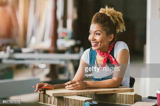 Latina Carpenter In Her Workshop : Foto stock