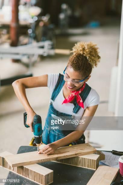 Latina Carpenter In Ihren Werkstatt