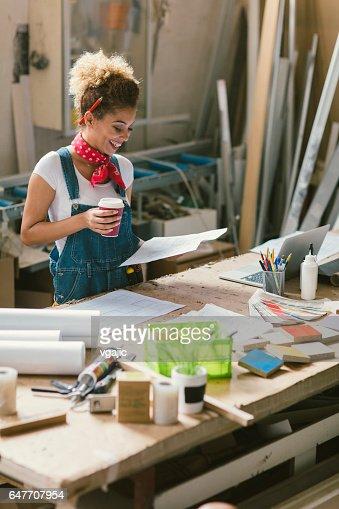 Latina Carpenter In Her Workshop : Bildbanksbilder