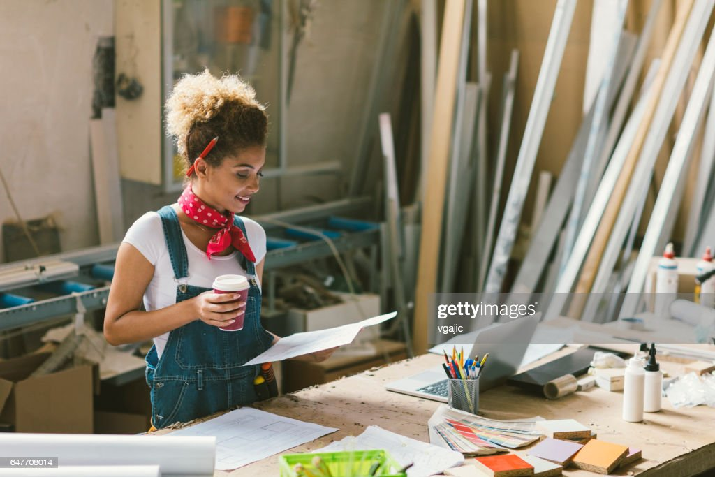 Latina Carpenter In Her Workshop : Foto stock