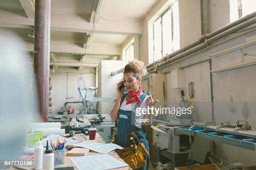 Latina Carpenter In Her Workshop : Stock-Foto