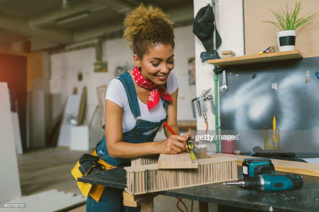 Latina Carpenter In Her Workshop : Stockfoto