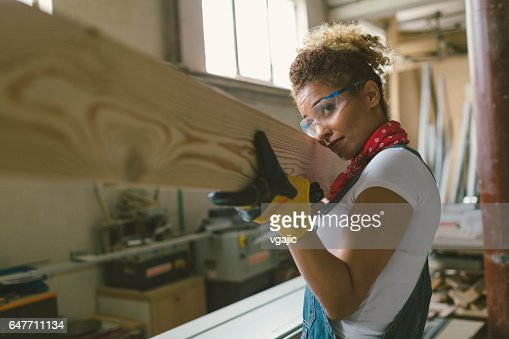 Latina Carpenter In Her Workshop : Stockfoto