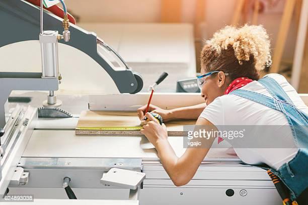Latina Carpenter travaillant dans son atelier