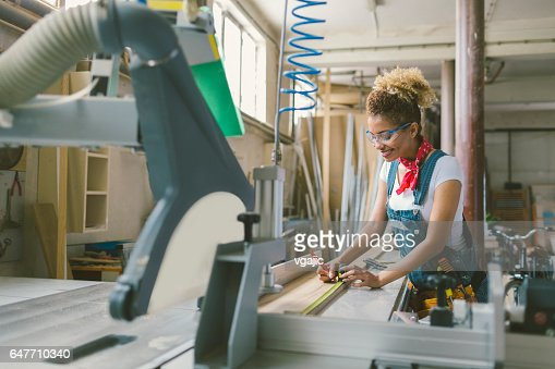 Latina Carpenter working on circular saw : Stock-Foto