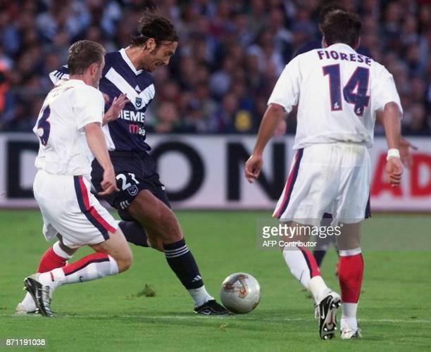 l'attaquant bordelais Christophe Dugarry déborde le défenseur parisien Lionel Potillon sous le regard de l'attaquant Patrick Fiorèse le 09 août 2002...