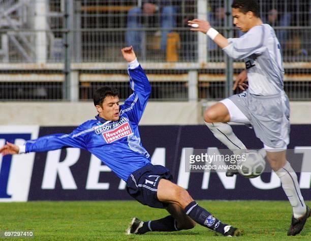 l'attaquant de Bastia Nicolas Dieuze tente de tacler le Parisien El Karkouri Mara Talal le 06 mars 2002 à Bastia lors de la rencontre Bastia/PSG...