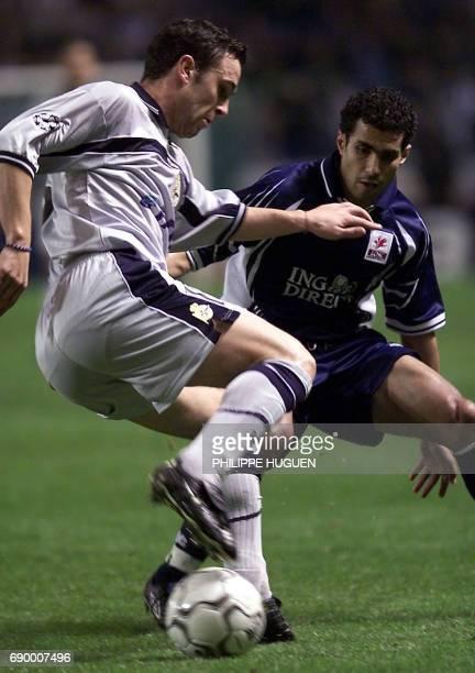l'attaquant de Lille Salaheddine Bassir est à la lutte avec le joueur espagnol Sergio Gonzalez le 23 Octobre 2001 au stade Riazor de la Corogne lors...