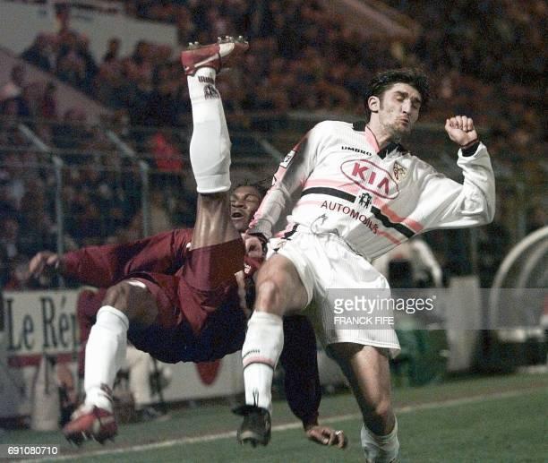 l'attaquant lensois Anton Drobjnak auteur des deux buts de son équipe tente de contrer le défenseur messin Rigobert Song le 29 mars au stade...