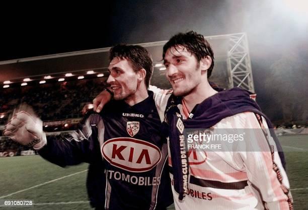 l'attaquant lensois Anton Drobjnak auteur des deux buts de son équipe et Guillaume Warmuz se congratulent après leur victoire sur le leader Metz le...