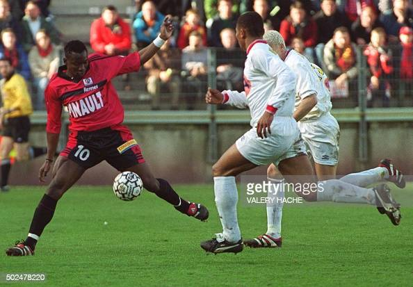 l'attaquant rennais Shabani Nonda récupère le ballon devant les défenseurs lensois pour aller marquer son second but le 26 mars 2000 à Rennes au...