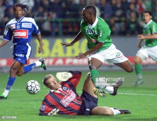 l'attaquant stéphanois Guel Tchiressoua tente de passer le gardien bastiais Eric Durand e 02 octobre 1999 lors de la rencontre AS SaintEtienne/FC...